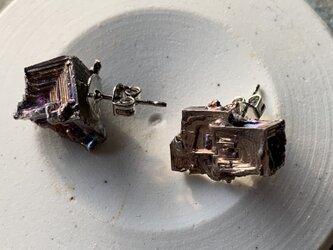 ビスマス結晶のピアスの画像