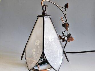 しろつめぐさを描いた小さな清楚なランプ(送料無料)の画像