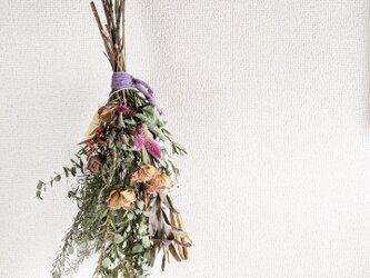 自家栽培ハーブのユーカリとケイトウとバラのレトロ感ある冬スワッグの画像