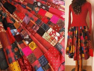 受注作品 絵画なパッチワーク ボリューム ギャザースカート ブーツ丈 赤系チェック 水玉 花の画像