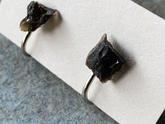 テクタイトのイヤリングの画像