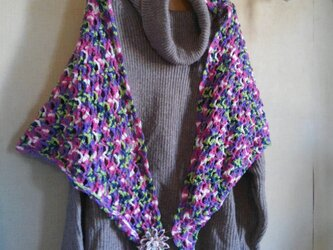 ふんわり編みのカラフルな三角ストールの画像
