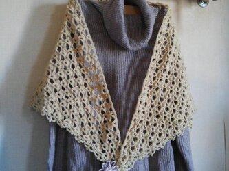 ふんわり編みの三角ストールの画像