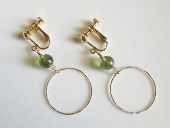 シンプルなグリーンアパタイトのイヤリングの画像
