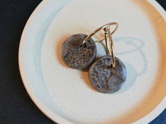 陶土のフープイヤリングの画像