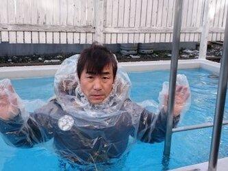 ひとよとわにスーツ 携帯ワンタッチ緊急避難用密閉式防護防水服、服を着たまま直ぐ着れる水に浮くドライスーツ。レインコートの画像