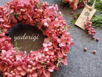 ''ピンクロゼの紫陽花とベリーのリース''(プリザーブドフラワー)の画像