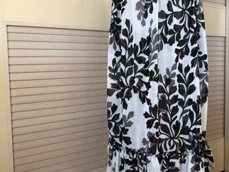 送料込・ミモレ丈・モノトーンリーフ柄ギャザースカート・ウエストゴムの画像