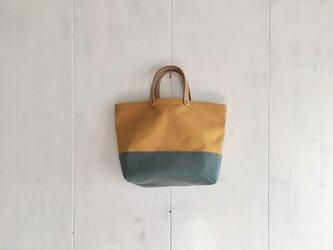 ヌメ革持ち手の黄色と空色の鞄 の画像