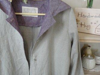 フードがついたワンピース(生成りリネン・紫)の画像