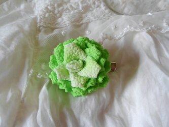 つまみ細工のバラのコサージュの画像
