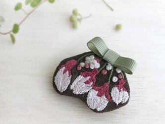 桜のつぼみ刺繍ブローチ(ブラウン)【受注制作】の画像