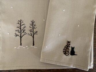 ハンカチ 雪の中の親子の画像