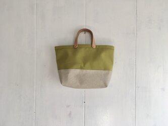ヌメ革持ち手の黄緑色とベージュ色の鞄の画像
