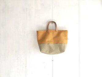 ヌメ革持ち手の黄色とベージュ色の鞄の画像