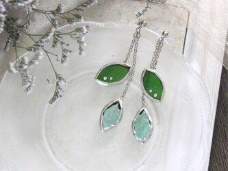 ステンドグラスのピアス【Leaf】新緑グリーンの画像