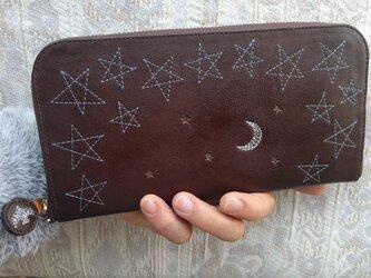 刺繍革財布『星空』牛革(ラウンドファスナー型)焦げ茶×silverブルーの画像