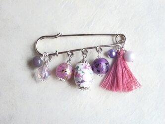 ブローチ 紫の四季柄陶器ビーズとピンクタッセルの画像