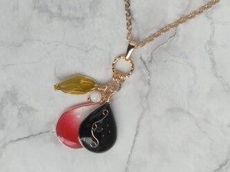 ハートを届ける黒と赤の螺鈿風ネックレスの画像