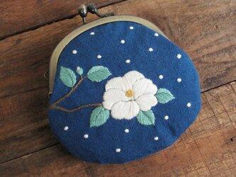 手刺繍のがま口『椿に雪』の画像