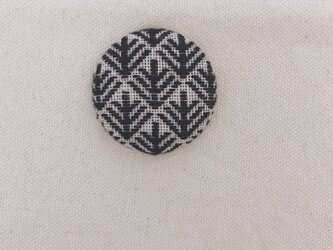 こぎん刺しのブローチ〈松笠×黒色〉3.8cmの画像