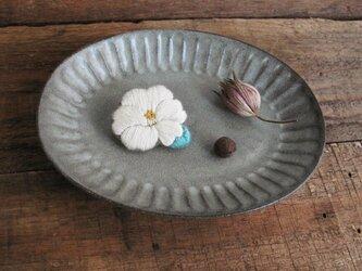 手刺繍ブローチ『白い椿』の画像