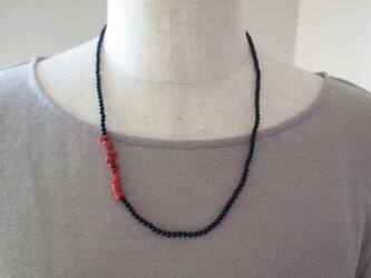 サルディーニャサンゴとオニキスのネックレスの画像