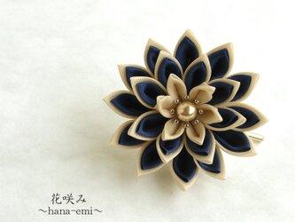 つまみ細工 お花のポニーフック ロイヤルブルー×ベージュの画像