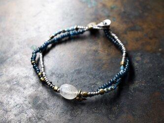 古代水晶とターコイズブルーホワイトハーツ、インディゴブルーの2連ブレスの画像