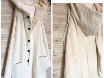 a.myu春に着回せるライトコート 膝丈オフホワイトコートの画像