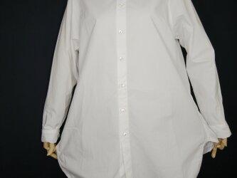 Aラインシルエットの白シャツの画像