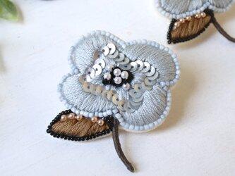 ほんのりブルーのぶっくりしたお花、オートクチュール刺繍のブローチ『シルヴィ』の画像