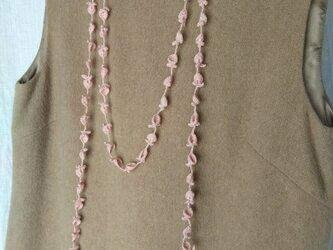 ダスティピンク 花と葉のかぎ針編みネックレスの画像