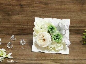 New◆仏花お供えに・ローズプリザーブドフラワーフレーム・ホワイトグリーンの画像