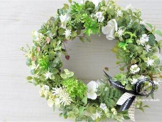 緑と白 ハーブ・実・白い花をそえて リース:リボン グリーン 白 ハーブ の画像