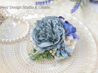 ブルーグレーのラナンキュラスと青いデルフィニュウムのコサージュ 入学式 卒業式 おでかけ 結婚式 参列 パーティー フォーマルの画像