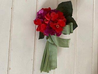 布花 可愛いレッドフラワーコサージュの画像