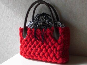 赤いニットの巾着トートバッグの画像