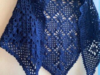 手編みの三角ストール ネイビーの画像