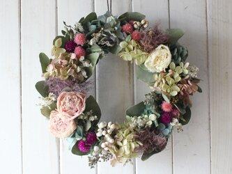 芍薬とスモークツリーのロマンティックリースの画像