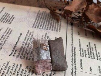 草木染めと革のパッチワークブローチ Aの画像