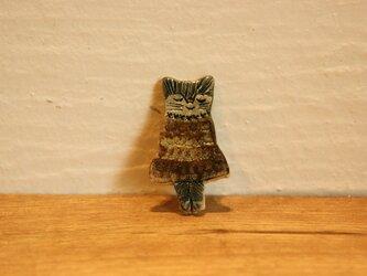 ワンピースを着た猫のブローチの画像