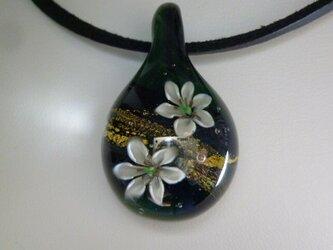 純金箔ゆり二輪 NO.2(ガラス、花、金箔、ペンダント)の画像
