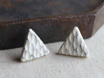 f-07 網目模様の三角ピアス/イヤリング ヒビ加工 アイボリーの画像