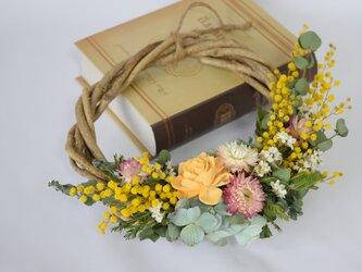 春を待つミモザのリースの画像