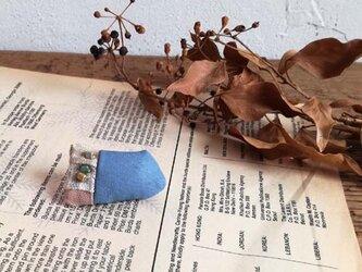 草木染めと革のパッチワークブローチ Bの画像