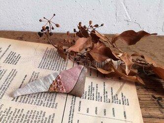 草木染めと革のパッチワークブローチ Dの画像