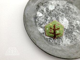刺繍ブローチ「カクカクの木」の画像