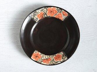 黒い絵替わり皿(菊と流水)の画像