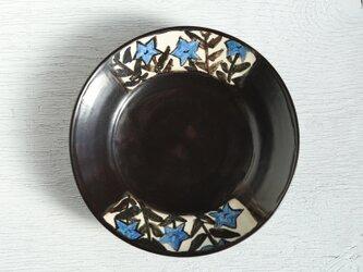 黒い絵替わり皿(桔梗)の画像